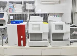 電子カルテサーバーと血液検査機器